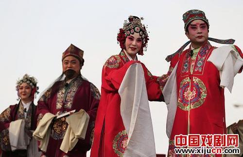 罗慧琴为村民表演了经典戏剧《花儿作为媒介》。