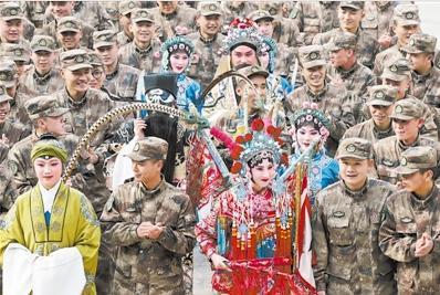 """持续6年的""""京剧进军营""""特色文化活动,在军营中营造了浓厚的""""中国风格""""。"""