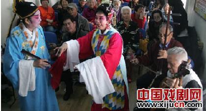 为庆祝重阳节,社区剧团创作并演出了《以花为媒》和《桃花庵》