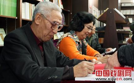 赵德铭、肖仙灵霞、王元来当场签署了《仙灵霞艺术生活》一书。