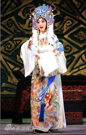 京剧《城派》演员李海燕和小提琴家赵建华在京剧《月亮喜归汉》中首次合作