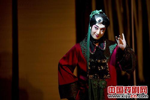实验性的单人京剧《曹乔奇》于12月15日在正一寺古剧场上演,给观众带来了一种独特而崭新的体验。