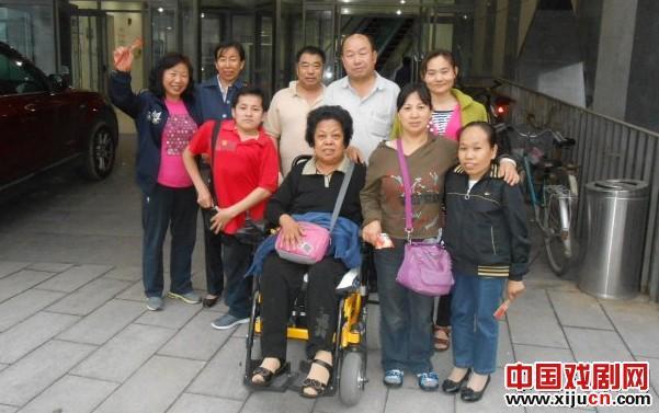 兴丰街温馨家园组织残疾朋友观看传统评剧《杨三姐怨》