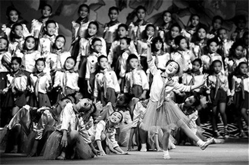 海淀花园二小学举行京剧表演