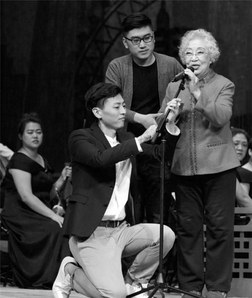 """两位""""80后""""粉丝为这位老艺术家举行了一场""""韩肖华""""的特别演出,以实现他的梦想。"""