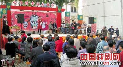 江苏、浙江和安徽的京剧爱好者聚集在雉鸡镇白富村