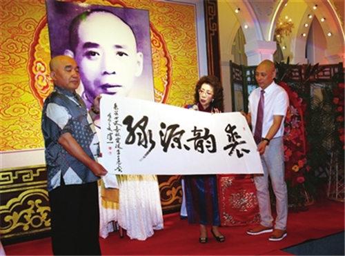 邱荣盛大师的女儿裘芸欢迎山东业余选手李全忠。