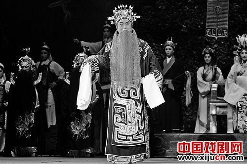 上海京剧剧院向重庆国泰艺术中心赠送了一部新京剧《成败小合》