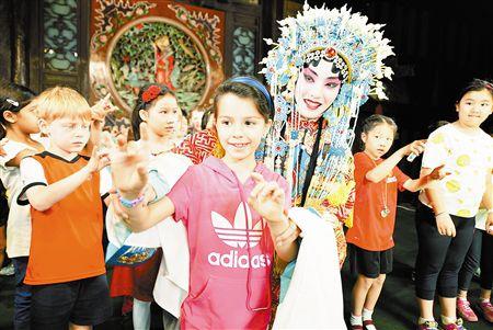 外国小学生来天津参观歌剧院100年,学习京剧。