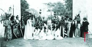 一百年前,外国人在天津表演京剧
