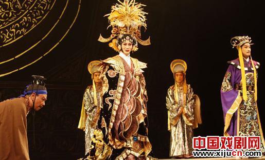男吴单茹军的新京剧《泽天皇帝》表演