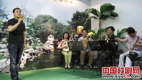"""京剧爱好者在扬州举办的""""龙舟杯""""音乐会"""