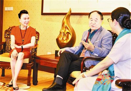 民谣《红高粱》的主要创作者曾昭娟和张曼君拜访了莫言。