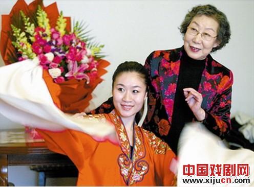 79岁的玉兰小华为弟子刘洛翰教授平剧经典剧目进行了强化训练。