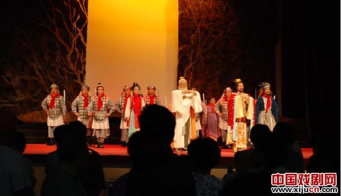 中国评剧剧院的恒红、孙璐扬和王丽京表演了评剧《李中剑》、《钟艺园》、《凤还巢》和《大脚女王》。