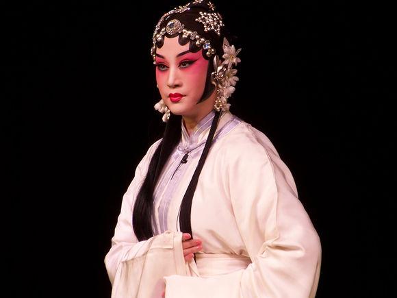 """6月24日,北京平剧剧团""""村草春晖""""在廊坊彩排。"""