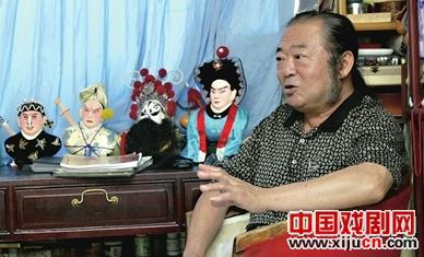 杨宇栋制作头盔上有彩色雕像的歌剧面具的技巧需要继承。