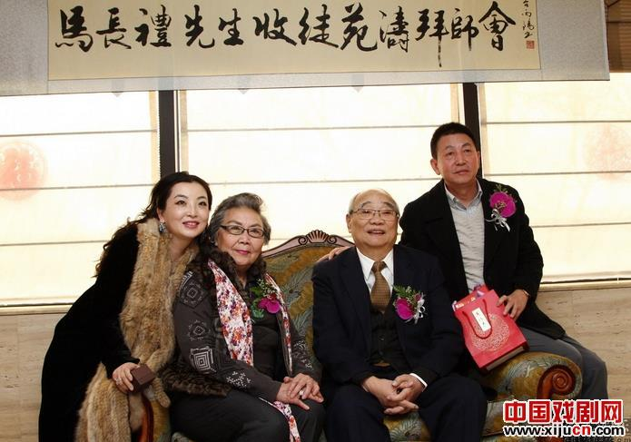 京剧艺术家马长礼把袁涛作为他的新弟子
