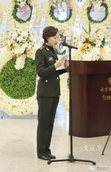著名京剧演员黄孝慈的追悼会今天上午在南京举行。白发老师深情回忆道。
