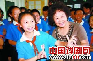 鞠萍著名表演艺术家顾文悦来到昌平实验小学教同学唱鞠萍。