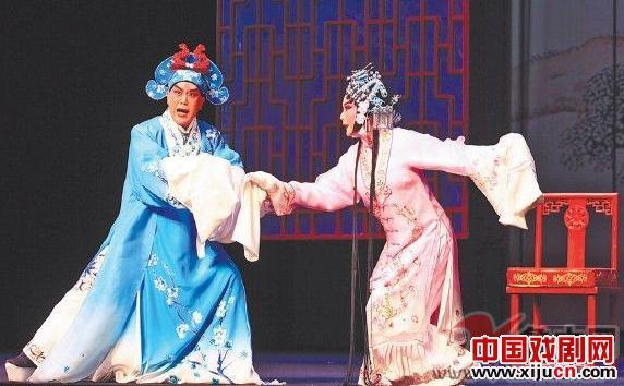 曾昭娟在持续的掌声中领唱了《赵金堂》