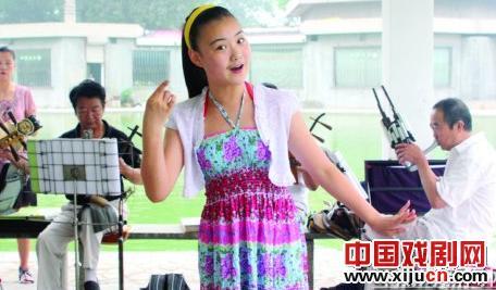 十四岁的女孩曹静宜对京剧非常着迷。