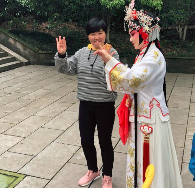 新类型平剧的年轻演员李爽在第五届朱良戏剧节上获得红梅金华(十佳)称号