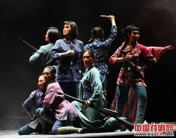 黑龙江平剧剧院上演了一出大型现代鞠萍歌剧《半河清半河红》