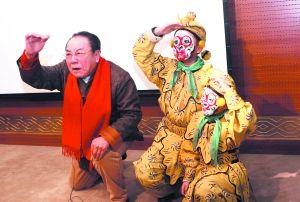 京剧艺术家李克奈向观众普及京剧知识