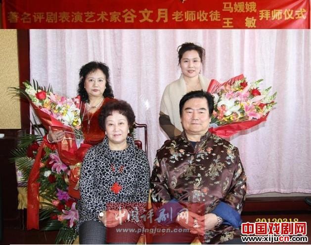 顾文悦接见弟子的仪式在北京举行。北京的马元娥和辽宁盘锦的王敏正式向顾文悦鞠躬。