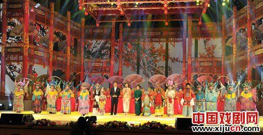 """""""鲁商之韵——中共十八大京剧晚会""""是著名京剧演员的聚会,也是英语人才的聚会。"""