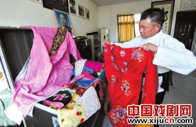 村民杨连喜自费花60万元建造了一座专业的鞠萍剧院。