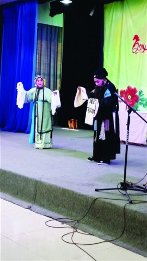 仍有许多松竹梅社区评剧团的粉丝自愿表演评剧。