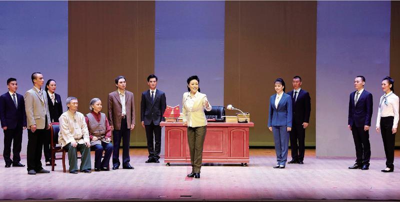 湖北省原创现代清正廉洁京剧《在路上》在秦台大剧院上演,有1000多名党员干部观看。