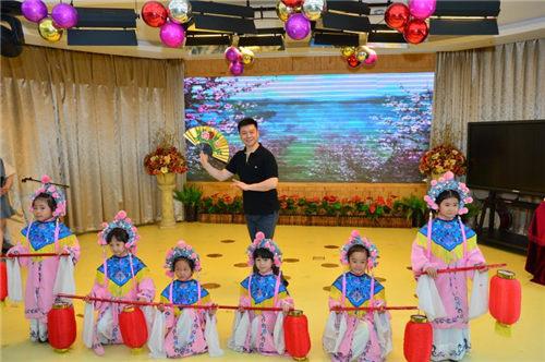 京剧艺术家胡文阁为群英幼儿园聘请艺术顾问