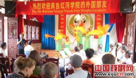 美国大学的老师和学生在端午节观看京剧表演