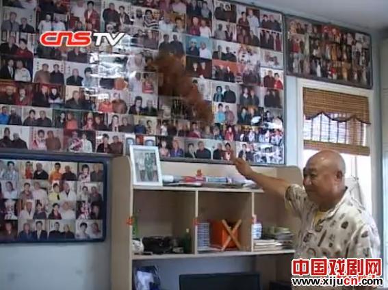 老戏迷段王兴花了42年多的钱收集了5000多张著名京剧艺术家的照片。