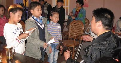 30名儿童表演京剧合唱《穷人的孩子早当家》