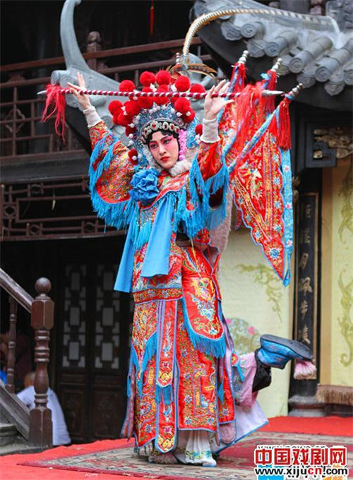 林依婷在京剧《敌我姐妹》中装扮成穆桂英