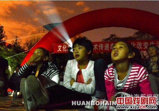 第一部电影《刘巧儿》在鞠萍电影公益放映周上映。