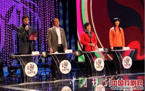 第一个对业余表演者进行评级和讨论的季节开始了。
