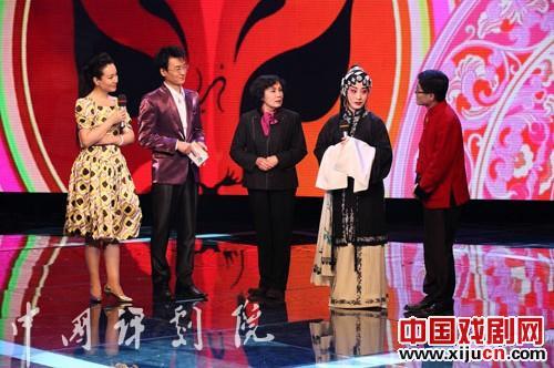 平剧表演艺术家刘萍参观北京电视台介绍平剧白学校艺术