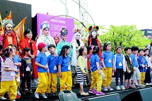 《荆楚文化去韩国——湖北京剧团去韩国》的第一张票很难找到。将近100名未能入场的观众观看了墙上的电视直播。