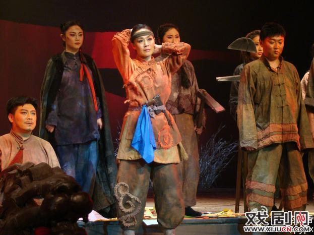 艺术盛会和群众节日——东北歌谣剧感动上海海滩