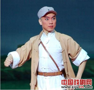 第五届中国京剧优秀青年演员研究生,第一届学校班学生报道了京剧《平战速决》的演出
