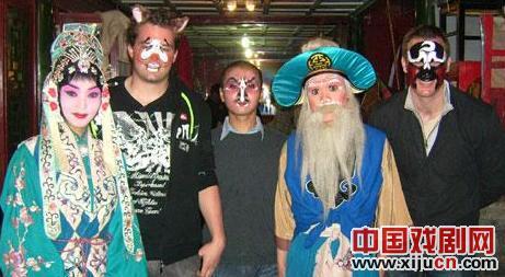 外国学生在湖广会馆学习京剧