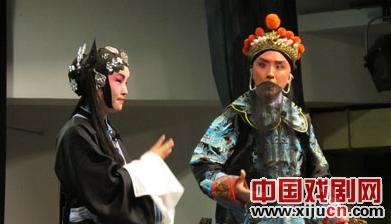 """学生京剧队为沙龙""""北京之声""""的演出做准备"""