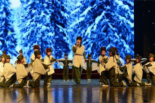 小学生表演京剧《林雪海园》