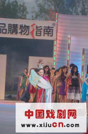 中国红色和中国特色京剧的表演令人耳目一新。