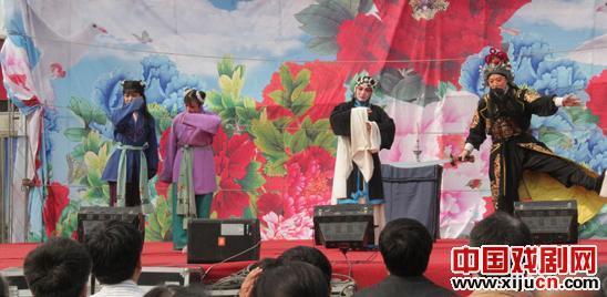 金玲和徐金仙带领50多名表演者在后阳五寨村表演。